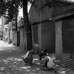Boys Playing in the Alley (Purple Field) Tags: china street bw tlr rolleiflex zeiss t alley child kodak tmax iso400 beijing carl  hutong     f35  75mm   tessar