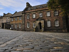 Governor's House, Edinburgh Castle (Belhaven2011) Tags: city house castle nikon edinburgh edinburghcastle cobblestones cobbles governors governorshouse 1685 1685mm nikond5000 belhaven2011