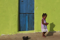 Apenas uma garotinha/ Just a little girl (Lucille Kanzawa) Tags: brazil house girl brasil casa menina sertão hinterland catimbau buíque sertãodepernambuco hinterlandofpernambuco