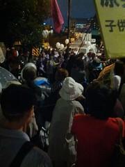 官邸前、女優の木内みどりさんが演説中。旦那さんが浜岡原発を止めたくて静岡県知事に立候補した話。しかし人々は無関心だった、と。