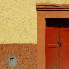 (msdonnalee) Tags: door puerta reddoor doorway squareformat entry stucco 문 weathereddoor photosfromsanmigueldeallende fotosdesanmigueldeallende
