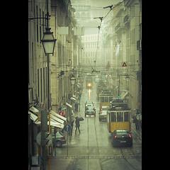 Lisboa Autntica: agitada (ISO_200) Tags: street rain iso200 fuji lisboa lisbon chuva tram utata rua lisbonne bonde eltrico elctrico pedrovilla fujifilmx10 lisboaautntica
