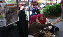 Daily Life - Kuala Lumpur (Chot Touch) Tags: newspaper malaysia kualalumpur handphone muhammadali sogo selfie jalantunkuabdulrahman fotojalanan malaysiastreetphotographer