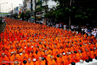 Almsgiving to 12,600 monks at Saphan Mai