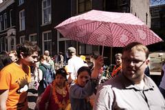 Koninginnedag 2012, Utrecht (Pim Geerts) Tags: feest game holland dutch canon eos utrecht day nederland queens national cans fest oud hollands throwing 2012 spel koninginnedag spelen feestdag 1635mm binnenstad nationaal oudhollands 5dm2 blikgooien straatplaat festiviteit ridderschapsstraat