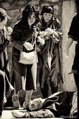 Muerte de un esclavo - Death of a slave (Eva Ceprián) Tags: blackandwhite man blancoynegro monochrome teatro death actors spain women theatre medieval muerte slavery mujeres hombre montblanc slaves tarragona mediaeval monocromático esclavitud esclavos actores montblanch representación playacting nikond3100 tamron18270mmf3563diiivcpzd evaceprián medievalfairmontblanc feriamedievaldemontblanc