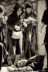 Muerte de un esclavo - Death of a slave (Eva Ceprin) Tags: blackandwhite man blancoynegro monochrome teatro death actors spain women theatre medieval muerte slavery mujeres hombre montblanc slaves tarragona mediaeval monocromtico esclavitud esclavos actores montblanch representacin playacting nikond3100 tamron18270mmf3563diiivcpzd evaceprin medievalfairmontblanc feriamedievaldemontblanc