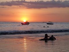 Samara (michelangelo ciminale) Tags: sunset sea people sun sol beach silhouette atardecer mar costarica tramonto mare playa ombre personas persone sole sombras spiaggia samara