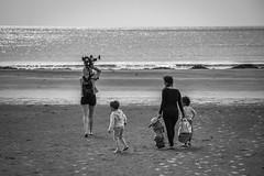 Scene de vie : En famille (icodac) Tags: mer canon noiretblanc plage portlanouvelle borddemer 18135mm efs18135mmf3556is eos70d