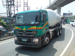 Mercedes Benz (Hari ng Sablay oprtd by Bus Ticket Collector ) Tags: truck mercedesbenz oiltanker nlex trailertruck mbactros edsabalintawak