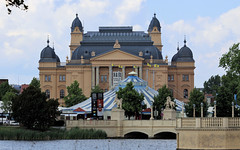 Theater Schwerin (Stefan_68) Tags: bridge lake statue germany puente deutschland theater theatre circus ponte brücke estatua statua statetheatre standbeeld bigtop mecklenburgvorpommern schwerin staatstheater zirkus zirkuszelt burgsee