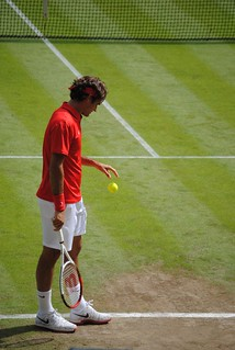 Roger Federer v Julien Benneteau - Bouncing the ball