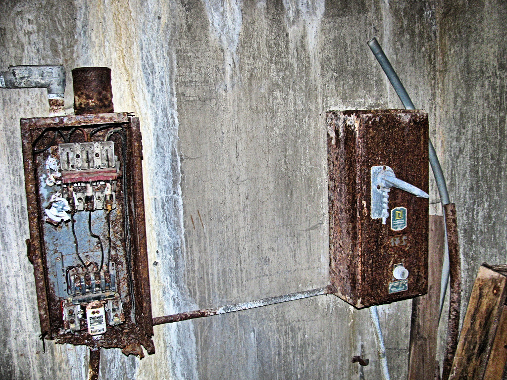 The Worlds Best Photos Of Eyellgeteven Flickr Hive Mind Gm Fuse Box Corrosion Rusty Electrical Boxes Tags Old Abandoned Electric Concrete Switch Wire Junk Rust