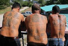 Ayutthaya, Samnak Kob, Sak Yant Tattoos (blauepics) Tags: men tattoo thailand steel traditional group tattoos needle thai instrument tool mnner yantra gob gruppe ayutthaya tattooing stahl kob sak nadel werkzeug ajarn yant traditionelle ttowieren ajaan