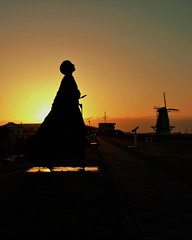vissersvrouw op groeneboulevard Vlissingen (Omroep Zeeland) Tags: boulevard natuur zeeland groene zon vlissingen walcheren opkomende vissersvrouw