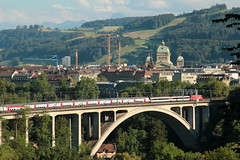 SBB Lokomotive Re 4/4 II auf dem Lorraineviadukt ( Baujahr 1941 - Eisenbahnbrcke Bahnbrcke Brcke Bridge pont ) bei der Stadt Bern im Kanton Bern der Schweiz (chrchr_75) Tags: hurni christoph schweiz suisse switzerland svizzera suissa swiss chrchr chrchr75 chrigu chriguhurni chriguhurnibluemailch juli 2016 juli2016 sveitsi sviss  zwitserland sveits szwajcaria sua suiza schweizerische eidgenossenschaft stadt city ville kanton altstadt bern brn berne berna bundeshaus palais fdral palazzo federale gebude building archidektur parlamentsgebude regierungsgebude regierung parlament sandstein curia confoederationis helveticae confoederatio helvetica helvetia hauptstadt capitol bahn eisenbahn schweizer bahnen zug train treno albumsbbre44iiiii lok lokomotive sbb cff ffs bundesbahn bundesbahnen re44 re 44