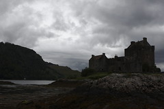 Eilean Donan Castle (J. Roseen) Tags: sea sky cloud mountains castle heritage nature water silhouette rock architecture clouds canon dark eos scotland photo 2470mml highlands rocks foto natur picture himmel shore vatten moln gammalt arv klippor ef2470mmf28l ef2470mm28l 1000d