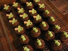 Chupetinhas e Mamadeiras (Confetti & Cupcakes) Tags: cake bar spider cupcakes high mini confetti evento bebê bolo casamento convite festa aniversário chá aranha marmita drika homen monter personalizados novaes gostosos decorados