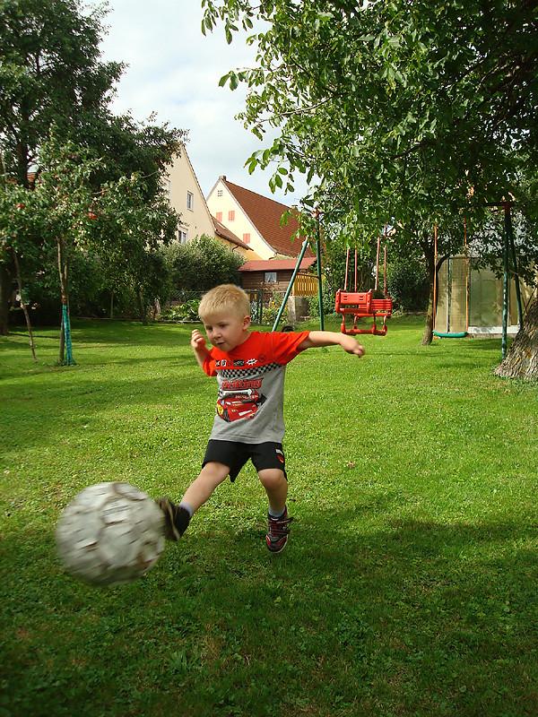 Junge spielt Fußball