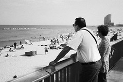 couple looking out to sea (gorbot.) Tags: barcelona street blackandwhite bw candid barcelonetta f19 leicam8 digitalrangefinder ltmmount voigtlander28mmultronf19 siverefex