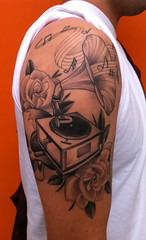 Gramophone (bobqueiroztattoos) Tags: santa roses brazil flores floral phoenix birds rose brasil tattoo ink skull kat miami maria indian jesus flor von mother rosa super mario best sugar holy mexican needle sp fina fenix crown paulo rosas ramo so caveira mexicano tatto ramos rococo madona melhor virgem tattooing tatuagem chicano linha fino queiroz religioso dbob trao arabesco arabescos pontilhismo gellys fuckyeahtattoos