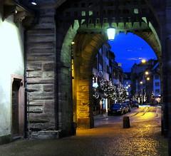 Zur blauen Stunde ~~ durch's Spalentor geschaut (relibu) Tags: advent basel laterne lichter durchblick blauestunde spalentor spalenvorstadt