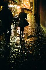 De noche en la ciudad. (8zil) Tags: street brussels film night noche calle bruxelles scan bruselas rue nuit paraguas straat paraplui cobbledstone negativoescaneado