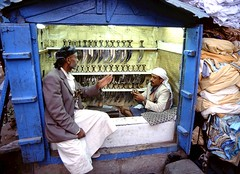 Who needs a dagger ? (Sana'a,Yemen) (Frans.Sellies) Tags: yemen jambiya jambia jemen janbiya poignard صنعاء جنبية جمبية اليَمَن janbia الجمهوريةاليمنية yedia006 djambya جنبية