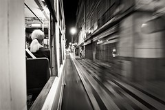 Lisboa. Portugal (Igorza76) Tags: street bw white motion black blanco portugal calle movement republic lisboa lisbon negro tram movimiento bn zb tramway portuguese zuri república portuguesa tranbia tranvia tramcar tranvía kalea beltz blackwhitephotos mugimendu
