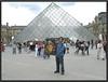Sortie du tableaux devant la piramyde du louvre (hippy tom) Tags: louvre du copiste