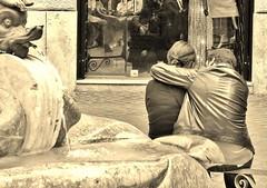 Scatto rubato (Francesco Lo Presti) Tags: roma italia monumento piazza vetrina acqua fontana amore coppia riflesso abbraccio fidanzati intesa