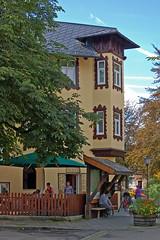 Garmisch - Altstadt (19) (Pixelteufel) Tags: bayern bavaria restaurant urlaub architektur alpen altstadt ferien gebude freizeit tourismus garmischpartenkirchen fassade gasthaus biergarten erker historisch wohnen wohnhaus erholung gasthof gaststtte ortskern ortsmitte wohngebude restauriert erneuert baumbestand