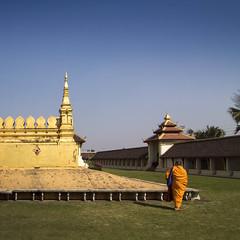 Pha That Luang (Great Stupa) - Vientiane, Laos (pas le matin) Tags: voyage travel blue orange yellow canon square temple asia southeastasia outdoor stupa capital monk buddhism 7d asie laos lao vientiane carr greatstupa moine boudhisme phathatluang canoneos7d canon7d