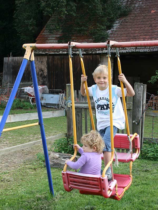 Ferienwohnungen Selz - Kinder auf der Schaukel