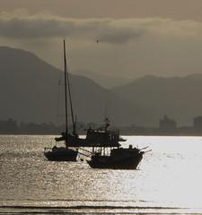Depois da chuva (jakza) Tags: praia contraluz barcos portobelo entardecer