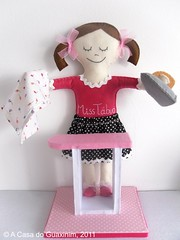 """Mascote para a """"Miss Tbua - Engomadoria Lavandaria"""". (A.casa.do.Guaxinim) Tags: brinquedo felt softie feltro boneca"""