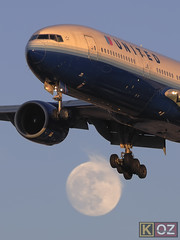 United Airlines Boeing 777-222 (N795UA) (ChicagoKoz (ORDSpotter) @Kozphotog) Tags: moon chicago airport aircraft aviation united ohare boeing ord ual airliner ua unitedairlines b777 staralliance kord 777200 b772 777222 n795ua kevinkoske