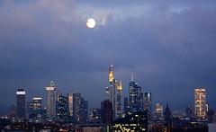 Vollmond ber Frankfurt (AK_74) Tags: city morning skyline frankfurt fullmoon stadt morgen vollmond ffm