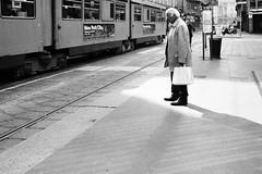 dreaming of New York (gato-gato-gato) Tags: street leica italien bw italy sun white black milan classic film blanco monochrome analog easter person holidays europa europe flickr italia noir weekend milano strasse urlaub negro streetphotography eu pedestrian rangefinder it human streetphoto manual monochrom sonne weiss blanc lombardia ferien ilford m6 manualfocus schwarz mrz wetzlar onthestreets passant mensch leicam6 mailand streetphotographer mittelmeer sden fussgnger manualmode strase filmisnotdead streetpic messsucher manuellerfokus gatogatogato fusgnger leicasummiluxm35mmf14 gatogatogatoch wwwgatogatogatoch streettogs believeinfilm