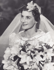 Grandmother as a bride (DameBoudicca) Tags: old wedding portrait vintage bride lily veil sweden stockholm retrato schweden boda 1940 portrt lilies lirio sverige bouquet lys hochzeit voile ritratto velo brud suecia giglio lind nozze noces brllop lilien sude lilja uggla braut svezia portrtt bukett bugge slja brudbukett brautstraus ateljuggla