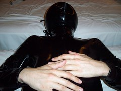 Fotos Latex 016 (dlatexo) Tags: rubber latex catsuit enclosure ballhood