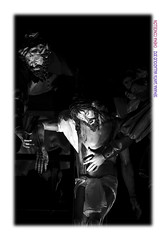 Haciendo currar a la clase alta (Chema Concellon) Tags: blackandwhite espaa blancoynegro night easter noche spain europa europe arte esculturas valladolid paso nocturna cristo turismo imgenes cultura fotgrafo viernessanto jess semanasanta 2012 tradicin castilla fotografa escultor jesucristo procesin hollyweek castillaylen religin nicodemus descendimiento tallas devocin cofrada imaginera gregoriofernndez chemaconcelln procesingeneral maderapolicromada imaginero grupoescultrico pasoprocesional valladolidcofrade josdearimatea procesingeneraldelasagradapasindelredentor cofradadeeldescendimiento