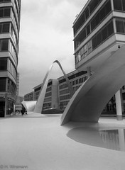 Synthetic World (endrahil) Tags: city blackandwhite bw mamiya film architecture analog architektur monochrom frankfurtammain foma fomapan mittelformat schwarzweis mamiyam645 diewelle