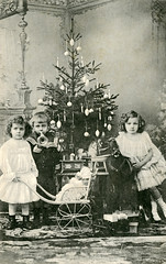 18. desember - December 18 (Riksarkivet (National Archives of Norway)) Tags: christmas postcard christmastree juletre julekort postkort julegaver oscarandersen