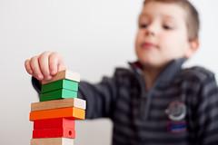 Construyendo una torre (rahego) Tags: toy juguete buildingblocks construcciones