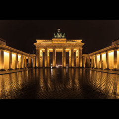 Brandenburger Tor Berlin (Robert Mehlan) Tags: berlin monument night canon germany deutschland gate symbol nacht 5d tor brandenburger quadriga tse mkii sehenswrdigkeit spiegelungen 17mm vollformat canon5dmkii tse17mm robertmehlan tiltshiftobjektiv