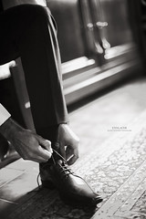 S'enlacer (Franck Tourneret) Tags: wedding bw 50mm groom nikon shoes nb mariage preparations chaussure mari d700 prparatif