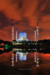Sultan Salahuddin Abdul Aziz Shah Mosque @ Night (mozakim) Tags: cloud lake reflection landscape nightscape islam mosque masjid zaki islamic shahalam refleksi tasik lanskap sultanabdulazizshah mozakim