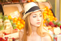 Laura (Elena.P.Lpez) Tags: madrid portrait espaa girl beauty fashion fruit canon book spain model chica exterior retrato moda modelo fruta frutera 60d canon60d
