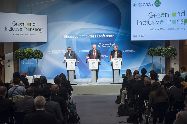 José Viegas, Hans Christian Schmidt and Norbert Barthle address the press